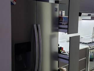 Cocina grande Lineal Chocolate y blanco brillante de Cocinas y Closets Design Studio Minimalista