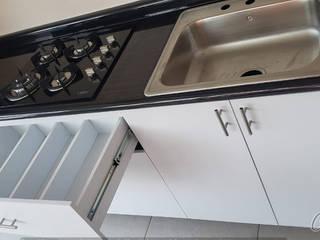 Cocina Blanca y Madagascar con desayunador de Cocinas y Closets Design Studio Moderno