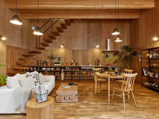 土間のあるローコスト木造住宅 ラスティックデザインの リビング の IGArchitects ラスティック