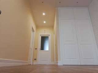 01_RISTR. AC Ingresso, Corridoio & Scale in stile classico di Mgarchitects Classico
