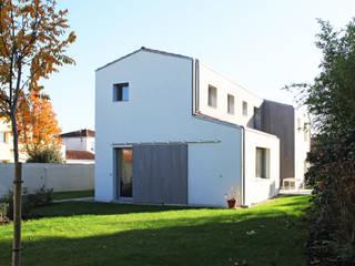 Maison bioclimatique yg-architecte Maison individuelle Tuiles Blanc