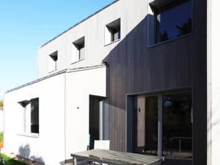 Maison bioclimatique yg-architecte Balcon, Veranda & Terrasse minimalistes Bois Gris