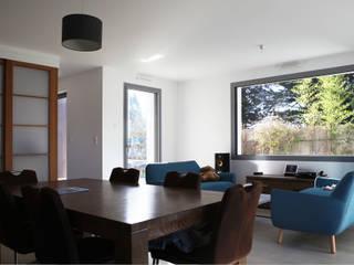 Maison bioclimatique yg-architecte Salle à manger classique Céramique Bleu