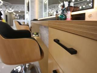 Hüseyin Çakar Mimarlık – Serhan Bayraktar Hair Stylist: modern tarz , Modern