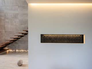 ห้องโถงทางเดินและบันไดสมัยใหม่ โดย LUMINICA Iluminación โมเดิร์น