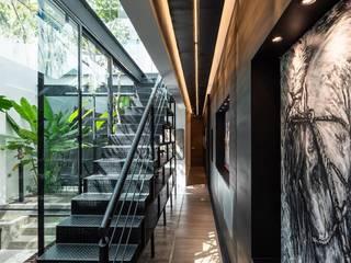Modern Corridor, Hallway and Staircase by LUMINICA Iluminación Modern