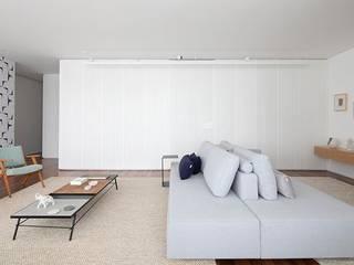INÁ Apartamento do Eduardo e da Clarissa INÁ Arquitetura Sala de estarSofás e divãs