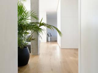 Attico LP Ingresso, Corridoio & Scale in stile moderno di locatelli pepato Moderno