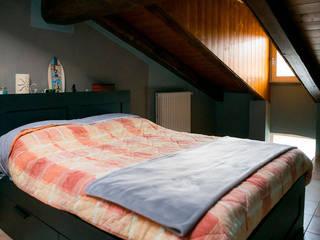 Mansarda IKEA Camera da letto in stile rustico di Fei Studio Rustico
