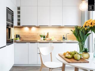 Cocinas de estilo escandinavo de KODO projekty i realizacje wnętrz Escandinavo
