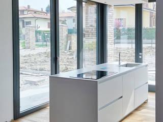 Progettazione e installazione di Cucina in Casale in ristrutturazione di SIMONETTA ARREDA Moderno