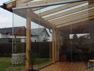 Holzkonstruktion mit Glasschiebetüren und Dachglas bestehend aus VSG-Sicherheitsgläsern Schmidinger Wintergärten, Fenster & Verglasungen Klassischer Wintergarten Holz Braun