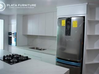Cocina de estilo nórdico y moderna, compacta pero con unas líneas preciosas Plata Furniture Cocinas equipadas Madera maciza Blanco