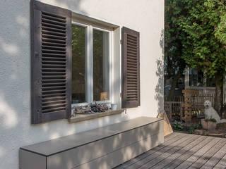 の design@garten - Alfred Hart - Design Gartenhaus und Balkonschraenke aus Augsburg モダン
