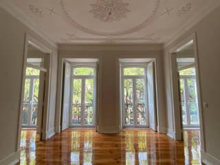 Apartamento Av. D. Carlos I Salas de estar clássicas por Origem Arquitectos Clássico
