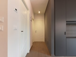 Villa J Ingresso, Corridoio & Scale in stile minimalista di Biondi Architetti Minimalista