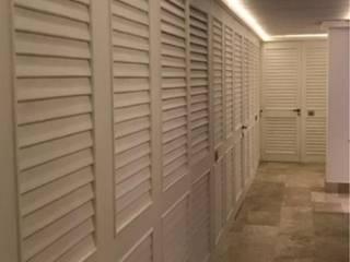 Tropical style corridor, hallway & stairs by GRUPO REYNAUD Tropical