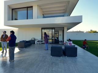 Casa M Chicureo Balcones y terrazas modernos de Carlos Mardones Arquitectos Moderno