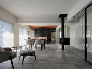 Salas modernas de U建築設計室 Moderno
