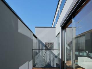 Balcones y terrazas de estilo moderno de U建築設計室 Moderno