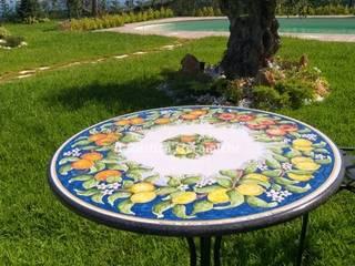 Caltagirone lava stone table di Ceramiche Il Rustico Caltagirone Mediterraneo