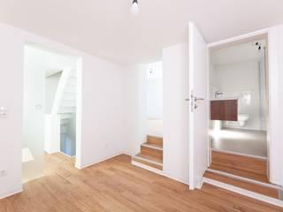 Modernisierung und Innenausbau eines Einfamilienhauses Moderner Flur, Diele & Treppenhaus von sanierungsprofi24 GmbH Modern