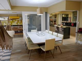 Столовая комната в стиле модерн от Tikkanen arquitetura Модерн