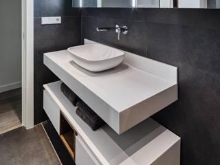 PROYECTO REFORMA INTEGRAL ÁTICO Baños de estilo moderno de L'AGABE Moderno