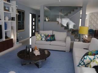 Modern Living Room by JANELAS DE SÃO BENTO - DESIGN & ARQUITETURA DE INTERIORES Modern