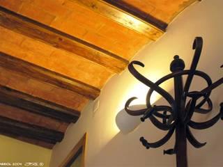 REFORMA, DE PARTE, DE UN EDIFICIO HISTÓRICO Clínicas de estilo rústico de FARRIOL i COL.LABORADORS arquitectes Rústico