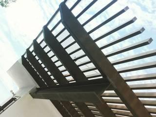 Pergolados Balcones y terrazas modernos de Herrería Díaz Moderno