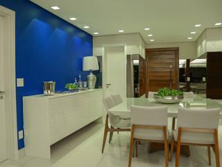 Hall de entrada integrada ao living, sala de jantar e varandas Rubiana teixeira Barbosa ME Salas de jantar modernas Madeira Azul