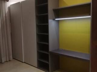 Armadi e zona office Studio moderno di TREZZI INTERNI SNC DI TREZZI FAUSTO, FRANCESCO E DARIO Moderno
