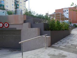 URBANIZACIÓN DE LA PLAZA SALVADOR ALLENDE, BARCELONA Arantxa Mogilnicki Arquitectura i Paisatge Jardines delanteros Granito Marrón