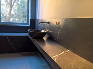 Un bagno monocromo EFFE4 MARMI Bagno moderno Marmo Grigio