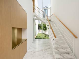 Hilltop Modern corridor, hallway & stairs by Atelier M+A Modern