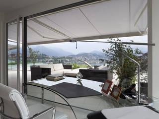 TOLDOS, PISOS LAMINADOS, PAPEL DE COLGADURA Balcones y terrazas de estilo moderno de CORTINAS & DISEÑOS S.A.S Moderno