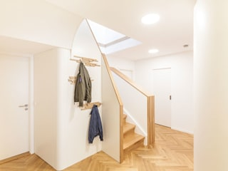 TREPPENAUFGANG: RUNDUM GUT VERKLEIDET Lu Interior Berlin Moderner Flur, Diele & Treppenhaus