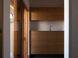 内田雄介設計室 Asian style corridor, hallway & stairs Wood White