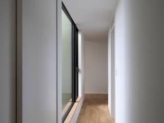 内田雄介設計室 Scandinavian style corridor, hallway& stairs