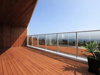 N-N house モダンデザインの テラス の アーキデザインワークス一級建築士事務所 モダン