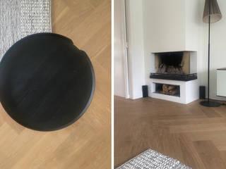 Visgraat vloeren in sfeervolle jaren '30 villa in Naarden Moderne woonkamers van De Houtfabriek Modern
