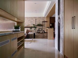 群築室內裝修設計有限公司 Pasillos, vestíbulos y escaleras de estilo ecléctico