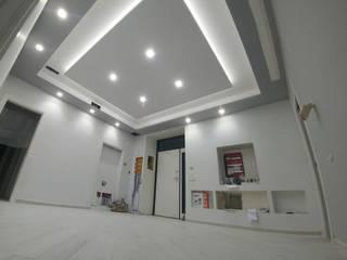 CASA PRIVATA - VILLA Ingresso, Corridoio & Scale in stile moderno di LUIGI CASELLA Moderno