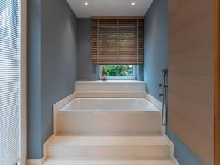 Permute Mosaic Baños de estilo moderno de Vivante Moderno