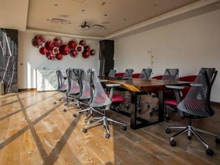 Guacamole: Sala de Videoconferencia Centros de convenciones de estilo moderno de Soma & Croma Moderno