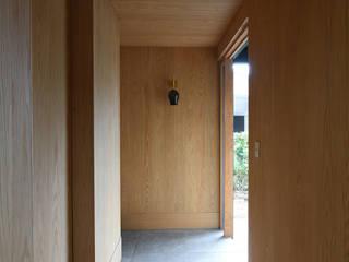 NASU CLUB Modern corridor, hallway & stairs Brown