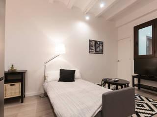 REFORMA INTEGRAL EDIFICIO Renova-T Dormitorios de estilo moderno Madera Blanco