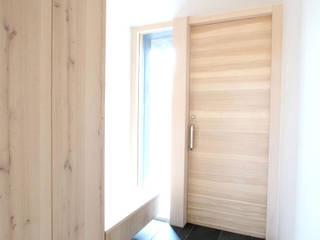 NASU CLUB Flur, Diele & TreppenhausAufbewahrungen Holz Beige