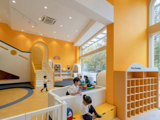 Pony Running Daycare Showroom - Your Child's Second Home by VMDPE Design Modern